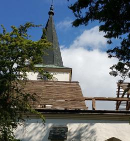 Pokračování opravy střechy kostela