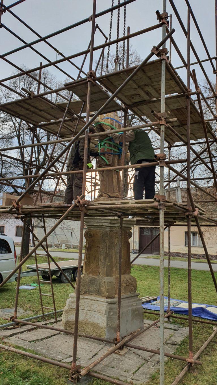 Odstraňování sochy ze soklu 1
